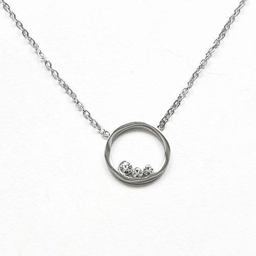 collier pendentif argenté rond et strass Hazanellie